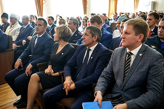 Решение о сложении полномочий Афанасьевым депутаты принимали неохотно, некоторые даже не голосовали. Но кандидатуру Зарипова приняли единогласно