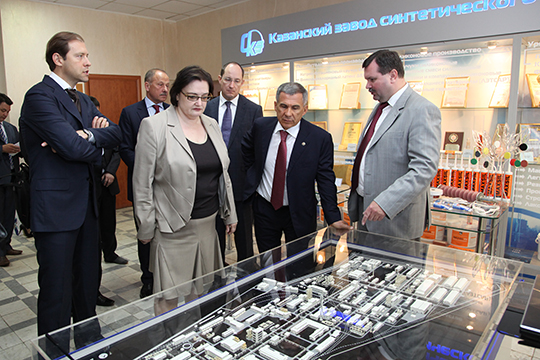 Денис Мантуров (слева) в декабре 2018 года заявлял, что будет «продолжать искать те инструменты, которые позволят сохранить предприятие». А за Даутову публично вступился президент РТ Рустам Минниханов