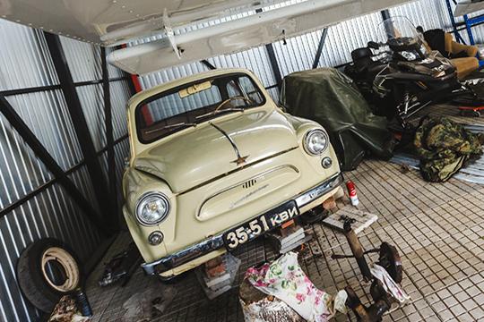 «Уэтой машины есть история. Яродом сКировской области, изпоселка Свеча. Когда родители покупали «Запорожец», мне было два года. Иэта машина была унас всю жизнь»