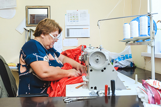«Вот здесь унас швейное производство. Здесь мышьем парашюты, мешки, чехлы, форму для наших сотрудников»