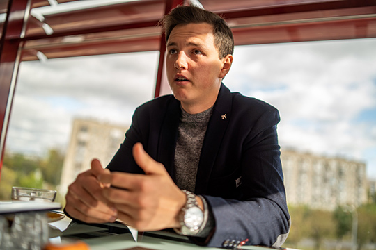 Рамис Хайруллин: «Ясдетства влюблен всамолеты. Уменя даже дача находится в150 метрах отвзлетно-посадочной полосы Казанского авиационного завода. Даипапа уменя тесно связан савиацией»
