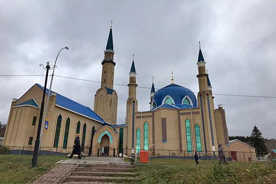 В здание мечети«Ихлас» спешно зашли три человека и попросили позвонить со стационарного телефона. Мужчины вызвали полицию, после чего территория вокруг мечети была перекрыта и оцеплена правоохранителями