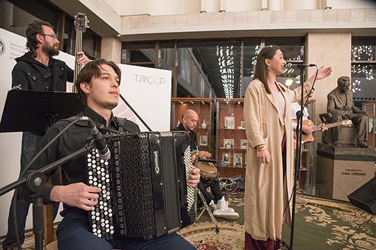 В антрактах играла живая музыка, здесь в качестве хедлайнера выступила абсолютно уместная для такого вечера Зарина Вильданова со своим инди-проектом