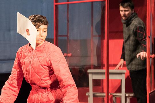 «Дверь» режиссера Гараева по пьесе Гиззатовой была посвящена проблемам семей с детьми-аутистами
