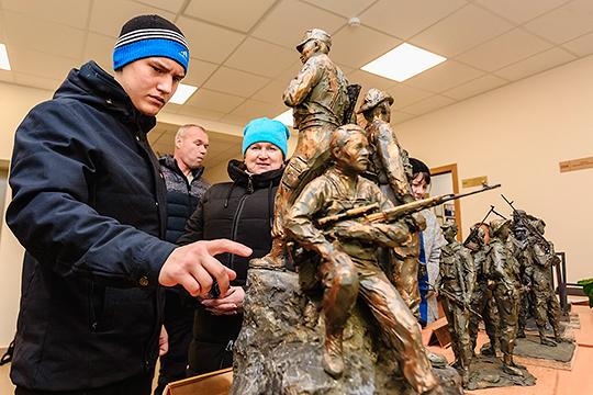 Скульптурные композиции, участвующие в конкурсе на выбор памятника воинам-интернационалистам, выставлены для голосования в здании ДОСААФ на ул. Патриса Лумумбы