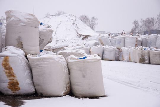 Предприятие использует реагенты собственного изготовления. Вэтом году сырья для них закуплено 2,5тыс. тонн, сзапасом. Впрошлом году покупали меньше, но300 т. сырья все равно осталось