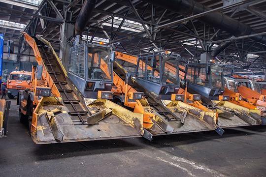 МУП ПАД обещает задействовать наочистке снега весь имеющийся автопарк: 48 единиц толкательной техники, 38 грузовиков, 12 снегопогрузчиков и8 грейдеров