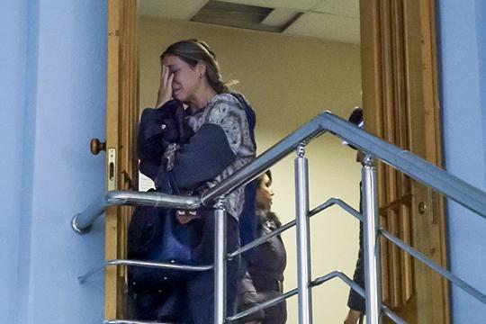 В коридоре около двух десятков человек спешили покинуть здание суда. Одна из женщин стояла у лестницы и плакала