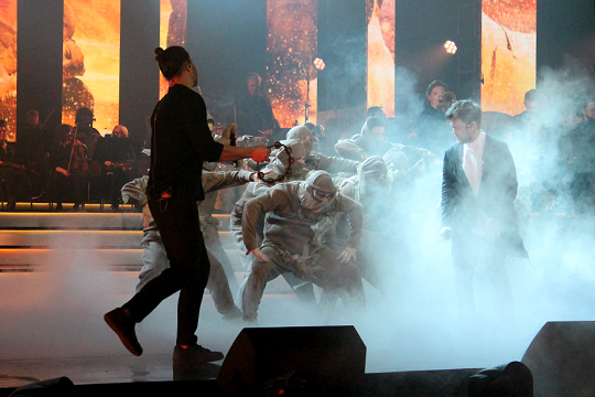 Cовершенно незачем было во время выступления Jukebox trio запускать на авансцену танцоров в нелепых костюмах а-ля «восставшие мертвецы»