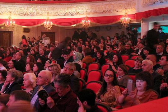 Когда мероприятие «мирового уровня» преодолело отметку в три часа, публика стала активно растекаться из зала, так что к финалу «Yзгәреш җиле» растеряло добрую пятую часть аудитории