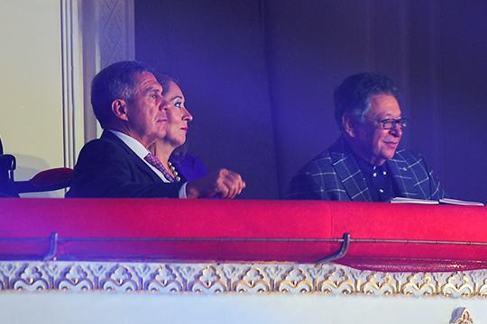Рустам Минниханов наблюдал за шоу в компании супруги и генерального продюсера фестиваля Джалиля Рауфаля Мухаметзянова