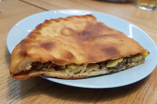 Даргинское чуду с телятиной и картофелем больше напоминает полноценный пирог. Внутри нарубленное мясо и картофель кружочками. Тесто вкусное
