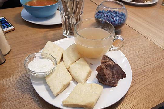 Хинкал (не путать с грузинскими хинкалями) — кусочки теста, отваренные в насыщенном мясном бульоне