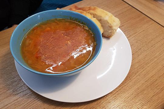 Чечевичный суп отличается от привычно турецко-однородного варианта. Это скорее похлебка с морковью, луком, картофелем и крайне неаппетитной пленкой остывшего жира сверху, когда суп приносят холодным