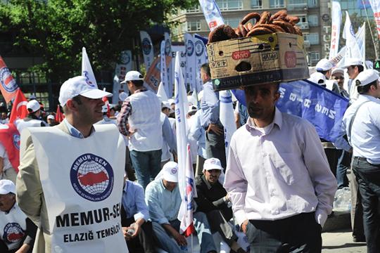 Подход к работе у турок совсем иной, нежели у русских. В Турции люди работают и по 10 часов, а при производственной необходимости и по 12 часов без вопросов