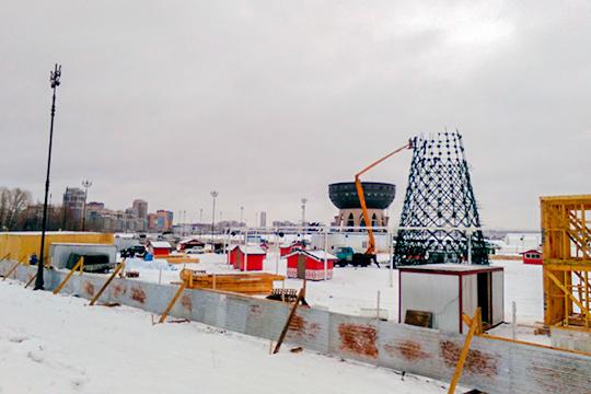 Главная казанская елка в этом году, как и в прошлом, пройдет у центра семьи «Казан». Сейчас площадь у центра семьи огорожена деревянным забором, за которым кипит работа монтажников, плотников и ледорубов