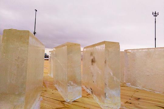 Ледовые блоки также уже завезли на площадку, из них пока собирают ледовое ограждение, а в ближайшие дни сложат лабиринт, замок, фигуры Деда мороза и Снегурочки, а также небольшие ледяные горки для детей
