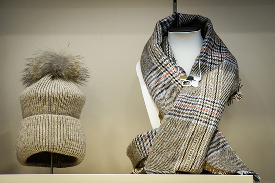 Дополнительно утеплиться ивтоже время придать образу шарм изаконченность позволят шапочки ишарфы