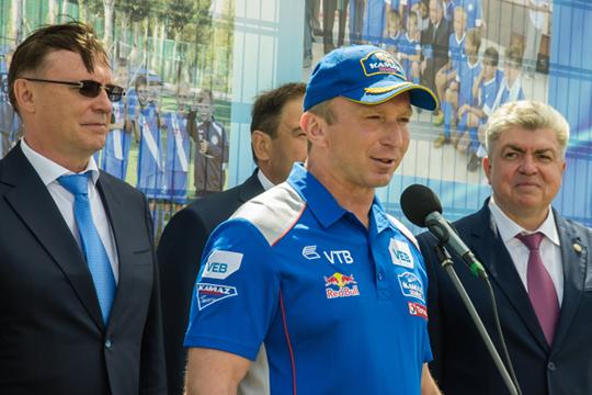 Сами гонщики после «Дакара» выступят консультантами телепроекта, очем ранее говорил руководитель командыВладимир Чагин