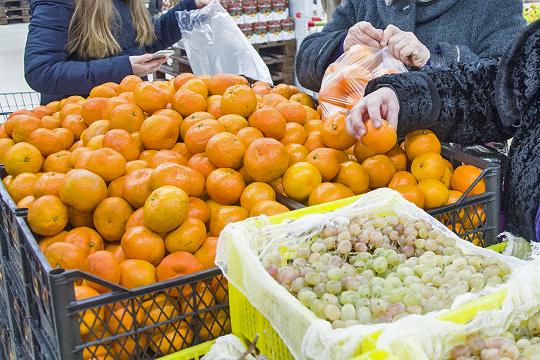 Мандарины в «Магните» предлагались по 115 рублей за кило, в «Бахетле» отечественные абхазские стоили 90 рублей