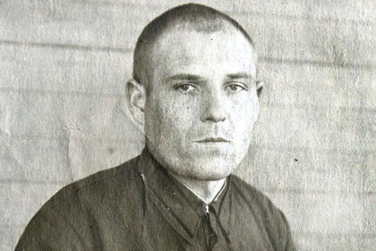В шестнадцать лет пошёл работать на завод в Одессе. И вот первое чудо — его, восемнадцатилетнего, рабочие выбрали директором