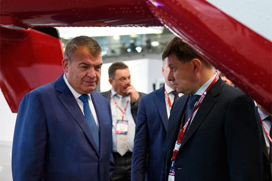 Действий Анатолия Сердюкова (слева) наКАЗе ждут сизрядной нервозностью, ибо им уже заявлено, что одна изглавных проблем ОАК— «избыточное количество руководителей различного уровня»