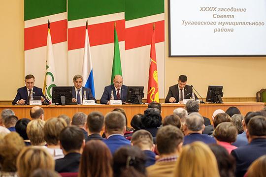В Тукаевском районе накануне состоялось отчетное заседания совета района, главным гостем которого стал вице-премьер правительства республики Василь Шайхразиев