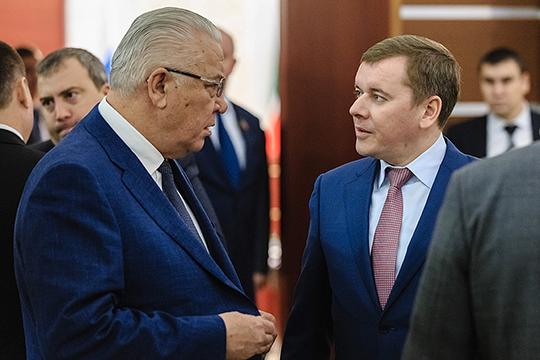 Председатель комитета ГС РТ по экономике Лутфулла Шафигуллин (слева) внес законопроект, касающийся предоставления дополнительных благ муниципальным депутатам, вышедшим на пенсию
