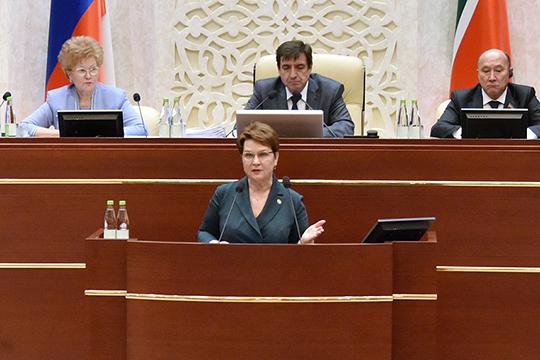 Сария Сабурская акцентировала внимание на проблеме долгов по заработной плате. На данный момент нерадивые работодатели Татарстана все вместе задолжали своим работникам 305,8 млн рублей