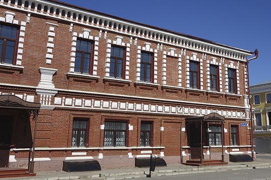 В лот также входят два гаража и котельная, расположенные рядом. Цена вопроса: 97 млн рублей