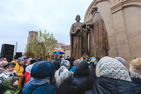 Пришедших нацеремонию открытия памятника святым благоверным князю Петру икнягине Февронии, сегодня утром встречал проливной дождь имногочисленные силовики