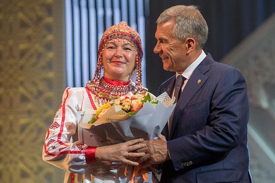 Глава Татарстана после своей речи приступил кнаграждению особо отличившихся граждан, внесших вклад вукрепление мира исогласия, дружбы народов
