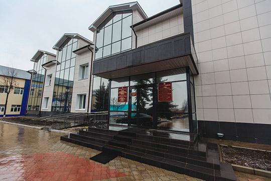 В отношении чиновников исполкома Кукморского района было возбуждено уголовное дело. СК провел обыски в здании, изъяли электронную технику и документацию