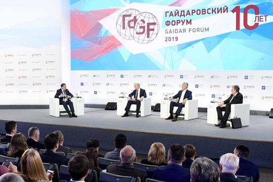 Дискуссию под претенциозным названием «Национальные цели развития: стратегия России 2018–2024» ееведущий, известный тележурналистСергей Брилевпредпочел начать сшутки