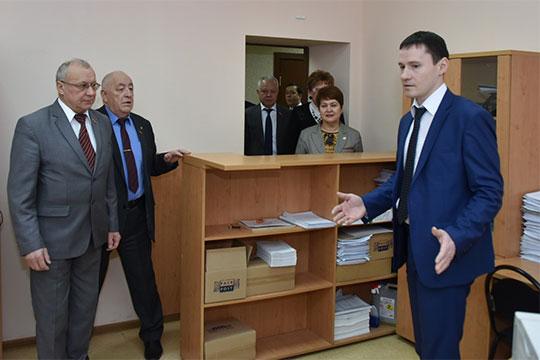 Перед заседанием была запланирована экскурсия позданию суда