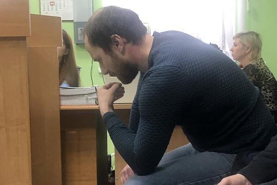 НалицеИльи Артемьева читалось раскаяние, напротяжении всего процесса онсидел споникшей головой, явно расстроенный всем происходящим