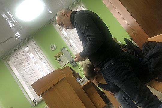 Артем Мурашовпоступил хитрее: при задержании признал свою вину, добился домашнего ареста, апозже, ближе ксуду, начал менять показания, запутываясуд