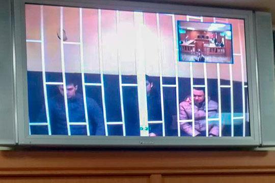 Арест двоих фигурантов дела — 26-летнего Азата Рустамова (в центре) и 34-летнего Александра Капитонова (справа) — сегодня признал законным Верховный суд РТ