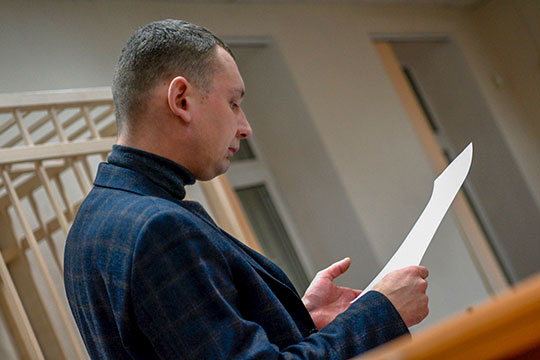 Параллельным курсом продвигается защитник Мусина — адвокат Алексей Клюкин. По версии СКР, он читает еще меньше: 91 страницу в день и 66 томов за все время соответственно