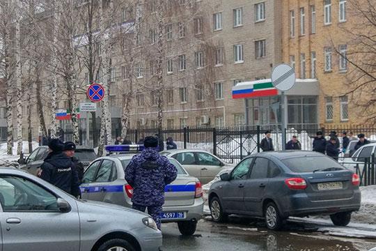 Вся республика шокирована кровавой трагедией, которая сегодня утром произошел в Нижнекамске. Неизвестный с кухонным ножом в руках напал на сотрудника полиции