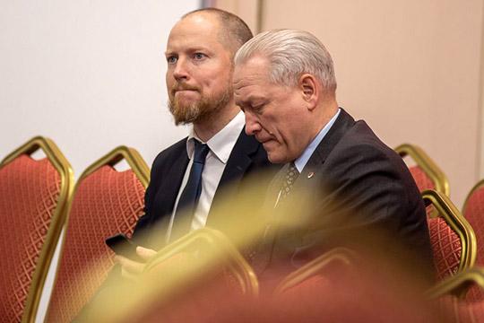 Организатор встречиСергей Яковлев(слева),известный своим оппозиционным настроем, проявил объективность, оставаясь вкильватере дискуссиии