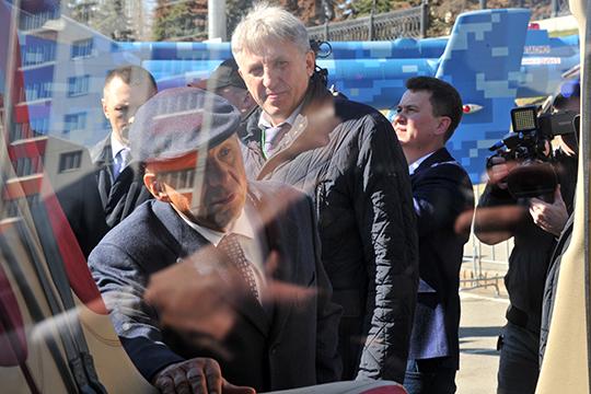 Делегации двух республикосмотрели выставку, представляющую промышленный потенциал Татарстана, развернутую прямо наплощади перед конгресс-холлом «Торатау»