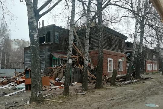 Попроекту строители полностью сносят деревянную часть дома: вторые бревенчатые этажи, боковые части, где располагались лестницы иобщие туалеты свыгребными ямами