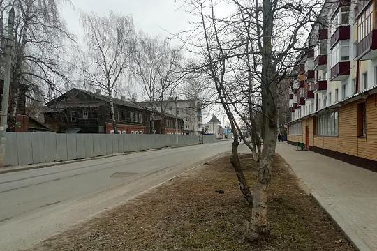 Подрядчикуже обнесреконструируемые дома забором изметаллического профлиста иначалразбор вторых деревянных этажей ипристроек домов