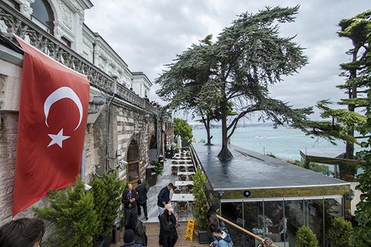 Как утверждают злые языки, дата перевыборов была неслучайно поставлена на23июня, основной расчет нато, что вразгар отпусков мало кто захочет оставаться враскаленном Стамбуле