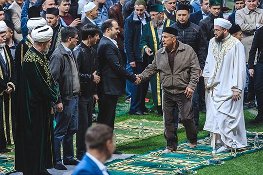 Рустам Минниханов появился на площадке республиканского ифтара минут за десять до захода солнца. Он был вместе с сыном Искандером и руководителем своего аппарата Асгатом Сафаровым