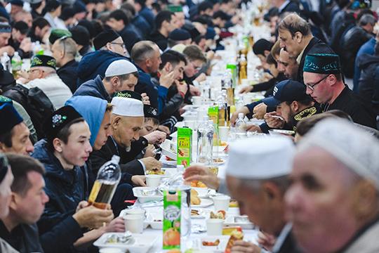Трапеза, как и всегда, была очень быстрая, ведь гостям нужно было спешить в мечеть для совершения таравих-намаза — специальной молитвы, которая происходит только в Рамадан