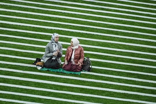 Сектор С «Казань Арены» тем временем пестрил многоцветьем — именно здесь, соблюдая каноны ислама, организовали женскую половину ифтара