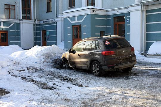 Уголовное дело в отношении бывшего главного юриста «Татсоцбанка» Артема Ильдеяркина, которого обвиняли в поджоге автомобиля учредителя «Галереи вин» Якова Цейнштейна, закрыли за примирением сторон
