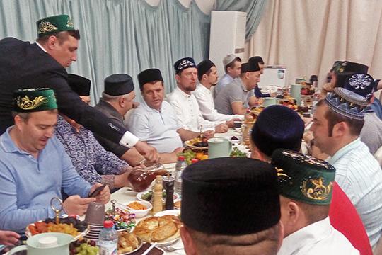 В четверг вечером в мечети «Ярдэм» был мэр Казани Ильсур Метшин в компании депутата Госдумы Ирека Богуславского, а под самый занавес Рамадана, как сообщают источники газеты, авыз ачу здесь проведут капитаны «ТАИФа»